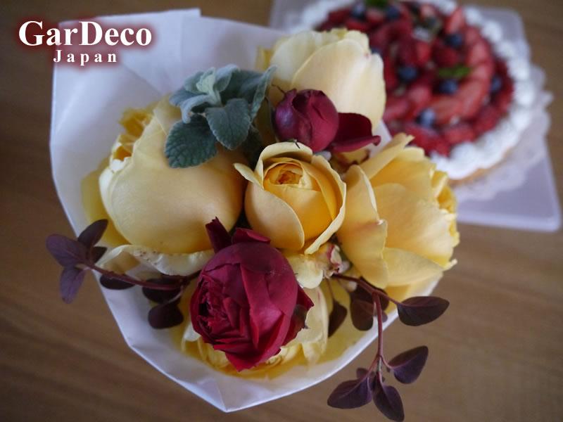 親戚の誕生日に庭で咲いていたバラ(グラハムトーマス)で作ったブーケと苺のタルトをプレゼント。